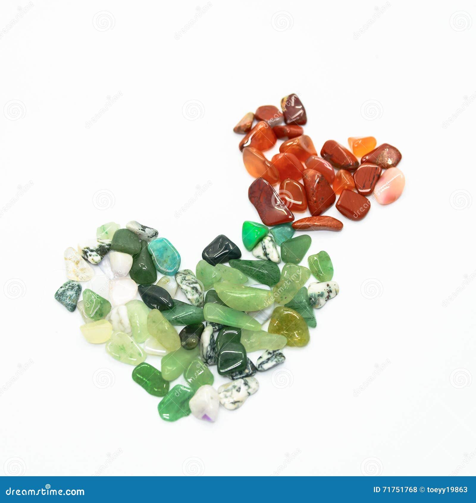 Πράσινες και κόκκινες πέτρες στη μορφή καρδιών που απομονώνεται