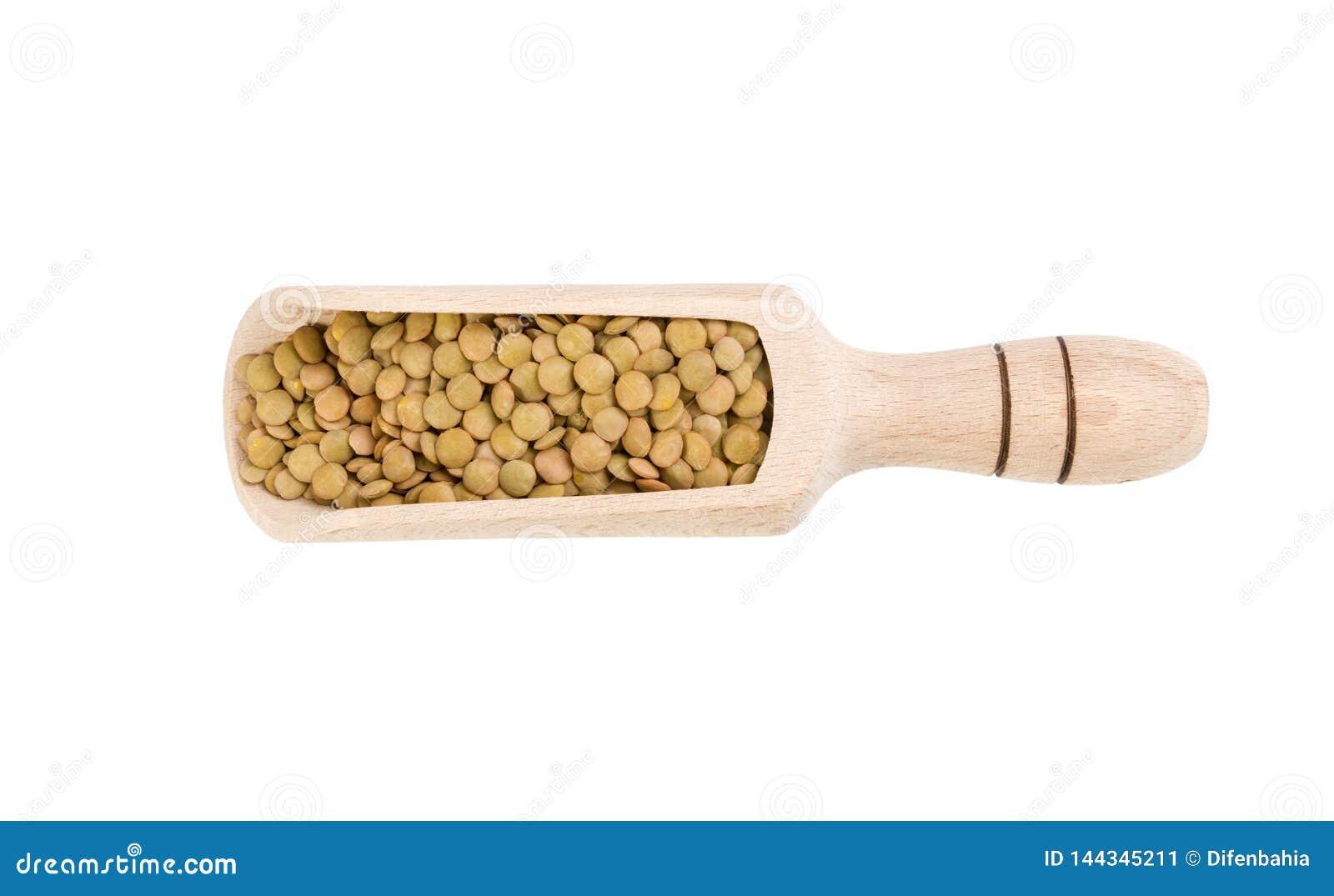 Πράσινες φακές στην ξύλινη σέσουλα που απομονώνεται στο άσπρο υπόβαθρο διατροφή βιο φυσικό συστατικό τροφίμων