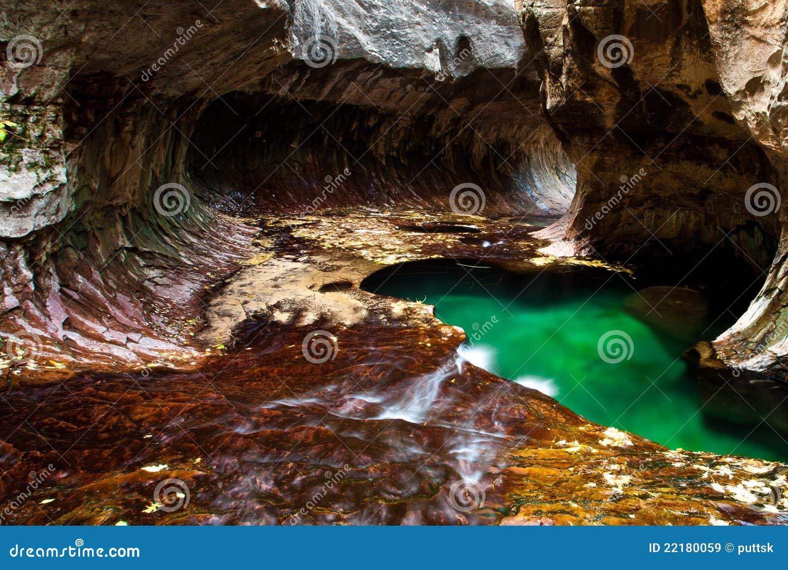 πράσινη λίμνη σπηλιών