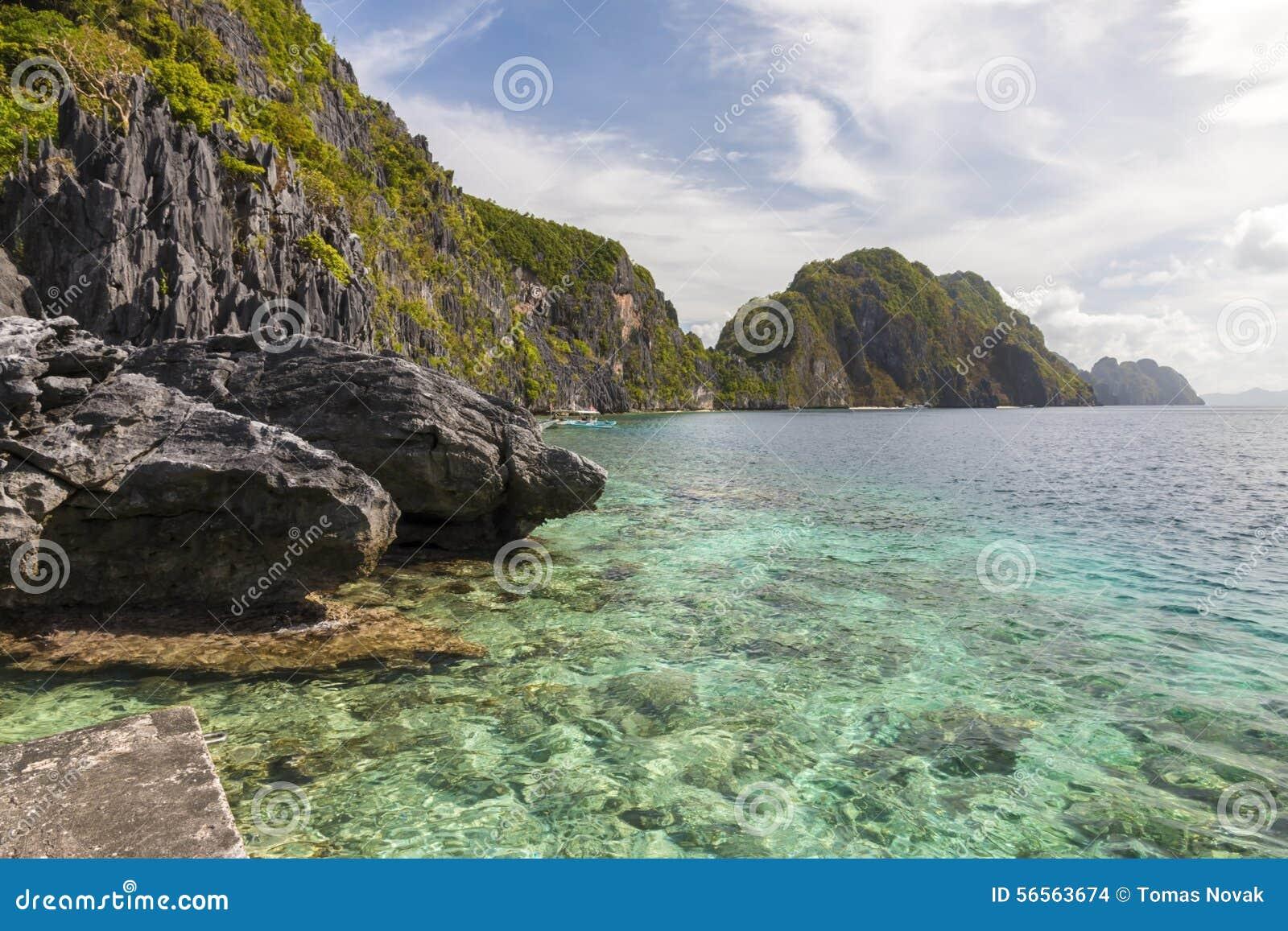 Download Πράσινοι λόφοι και βράχοι που αυξάνονται από τη θάλασσα Στοκ Εικόνες - εικόνα από ζυγοστάτης, παράδεισος: 56563674