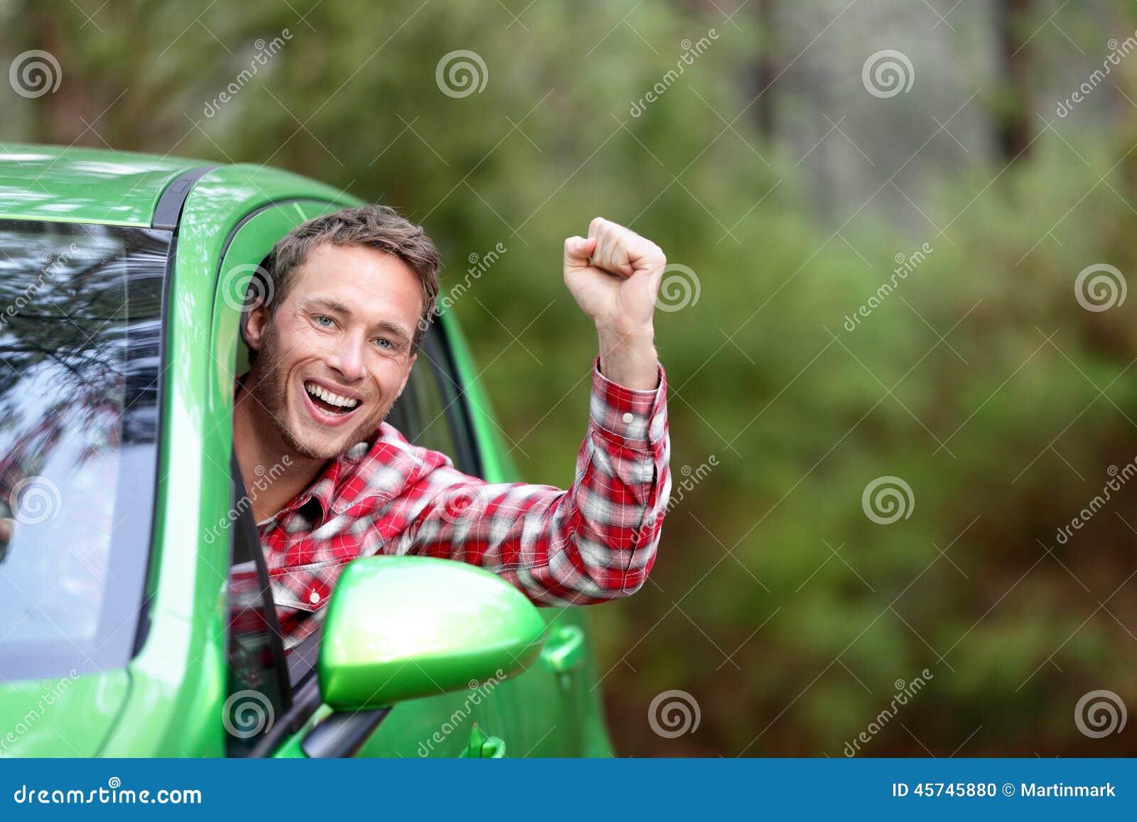 Πράσινος οδηγός αυτοκινήτων ενεργειακών βιολογικών καυσίμων ηλεκτρικός ευτυχής