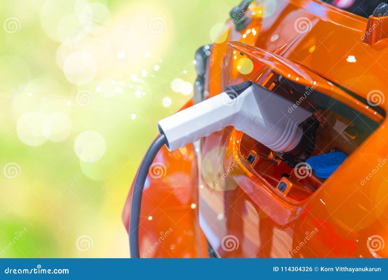 Πράσινο αυτοκίνητο της EV δύναμης ή ηλεκτρική φόρτιση μπαταριών αυτοκινήτων