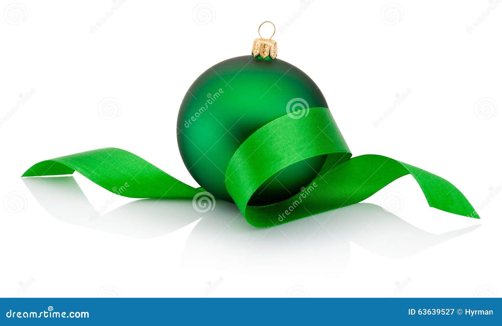 Πράσινο μπιχλιμπίδι Χριστουγέννων που καλύπτεται με την κατσαρωμένη κορδέλλα που απομονώνεται