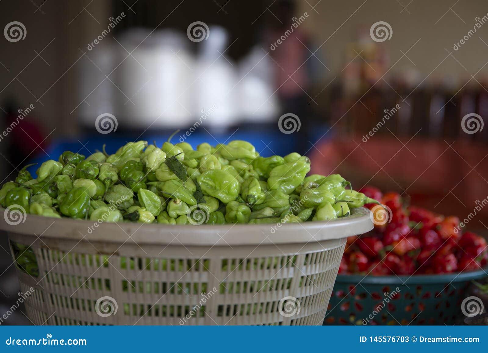 Πράσινο πιπέρι σε ένα καλάθι από την αγορά της Γκάνας