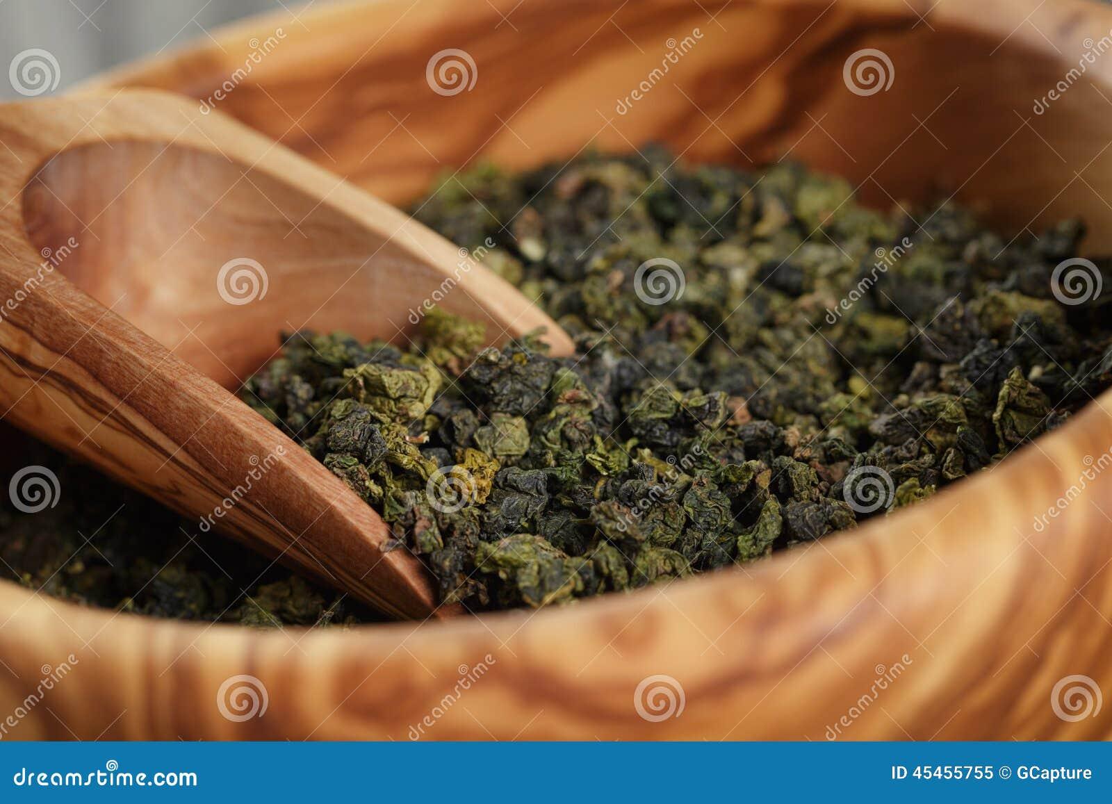 Πράσινο τσάι Oolong στο ξύλινο κύπελλο