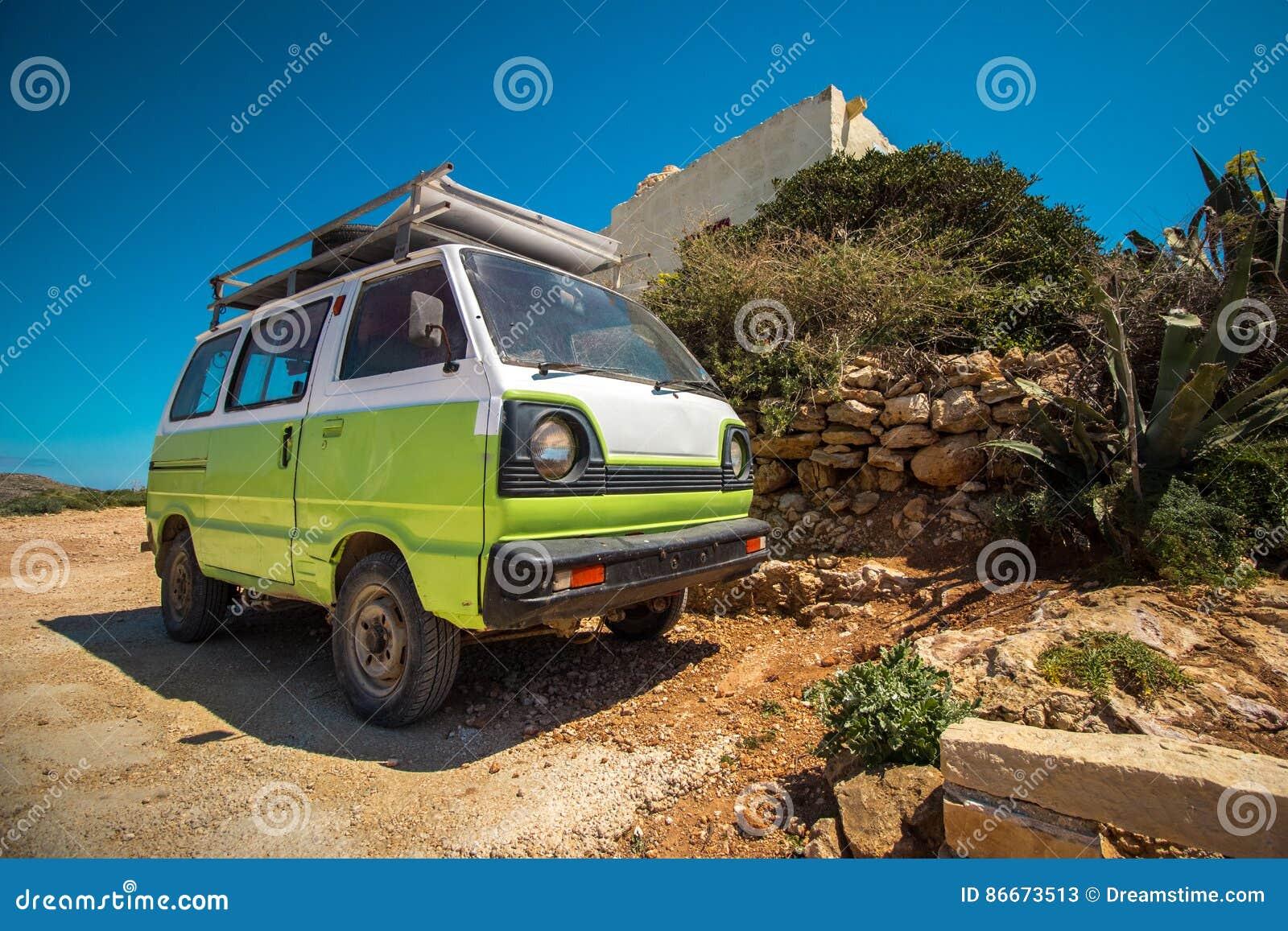 Πράσινο φορτηγό και μεσογειακό τοπίο