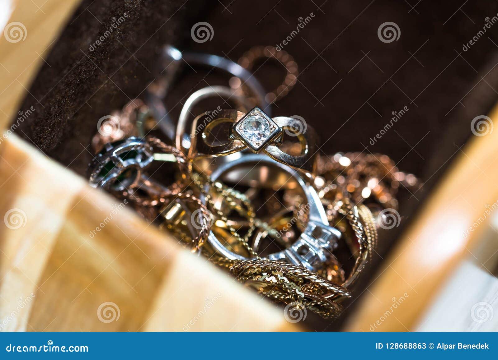 Πραγματικά χρυσά δαχτυλίδια με τα διαμάντια, πολύτιμοι λίθοι, αλυσίδες