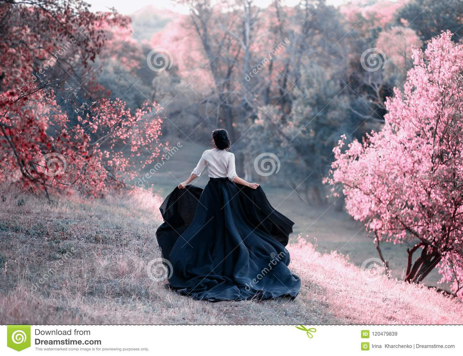 Πριγκήπισσα διαφυγές στις εκλεκτής ποιότητας φορεμάτων Περίπατος μέσω των γραφικών λόφων φθινοπώρου στο ηλιοβασίλεμα στους ρόδινο