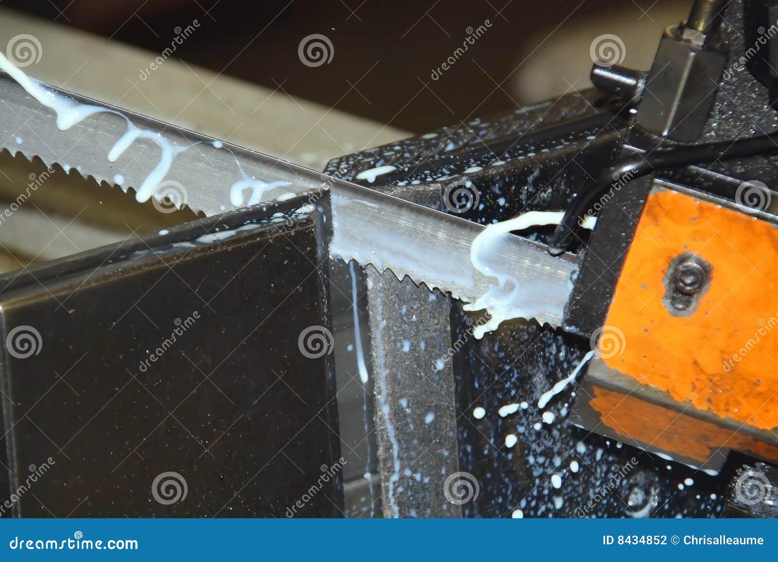 πριονοκορδέλλα που κόβει το βιομηχανικό μέταλλο