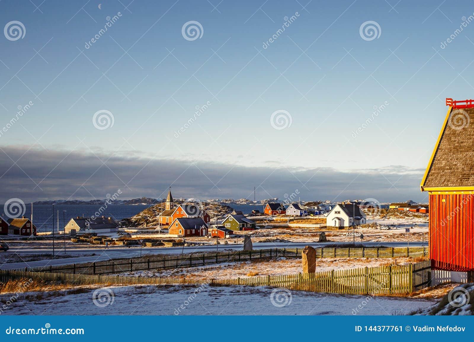 Προάστιο πόλεων του Νουούκ με τα σπίτια Inuit με τη θάλασσα και το υπόβαθρο φιορδ, Γροιλανδία