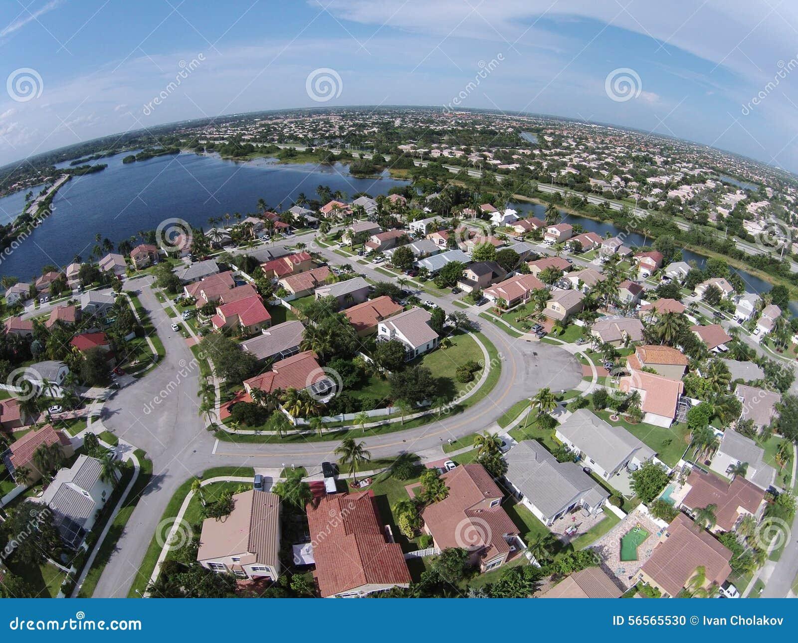 Download Προαστιακά σπίτια στην κεραία της Φλώριδας Στοκ Εικόνες - εικόνα από cityscape, προαστιακός: 56565530