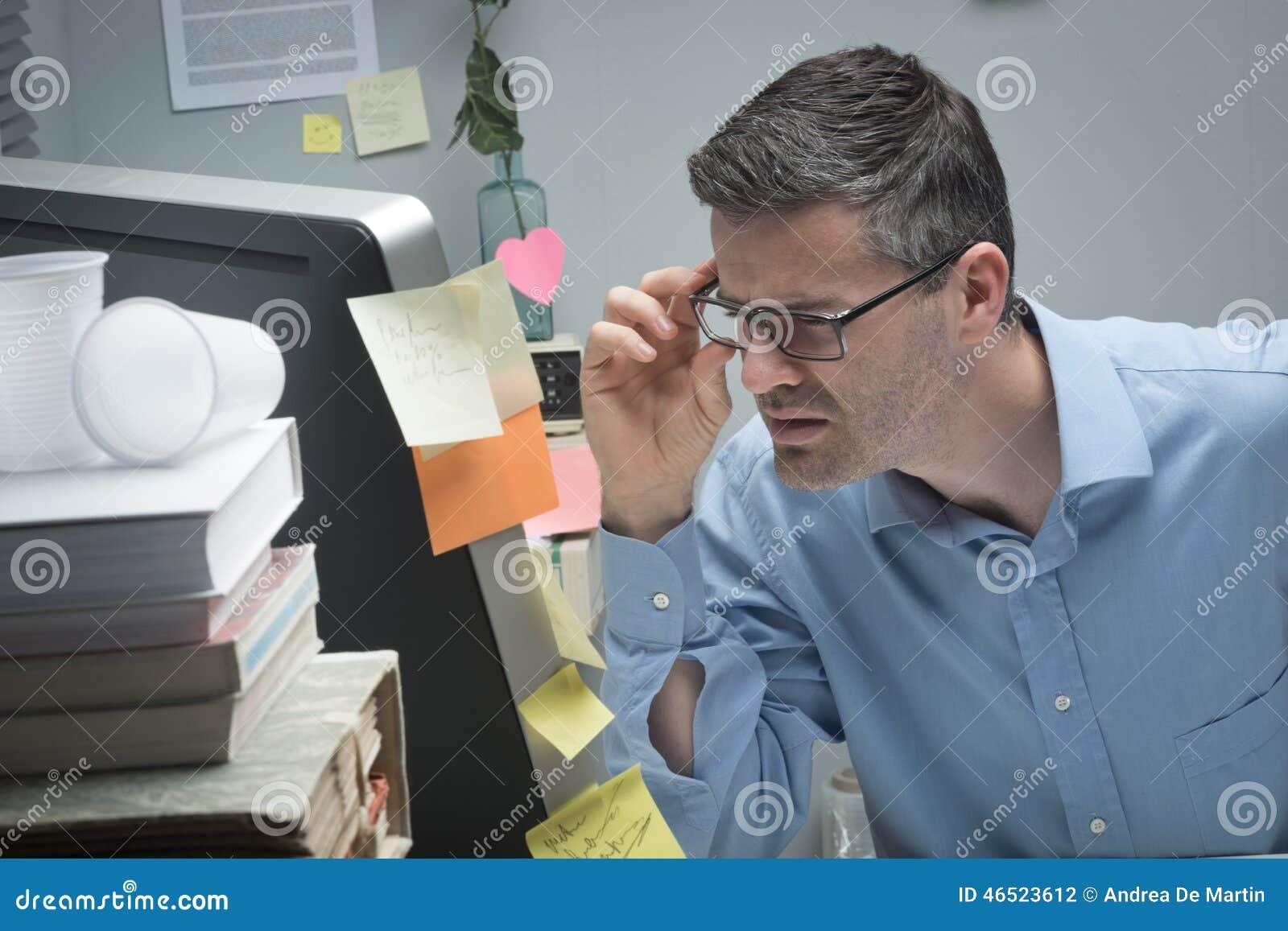 64b3f3e7e3 Γυαλιά εκμετάλλευσης επιχειρηματιών και να κοιτάξει επίμονα στην  κινηματογράφηση σε πρώτο πλάνο υπολογιστών