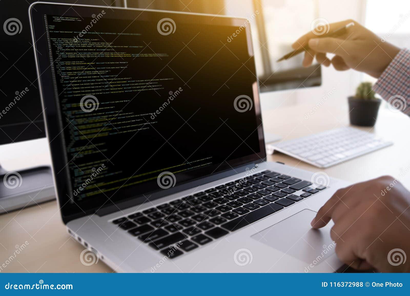 Προγραμματιστής που εργάζεται αναπτυσσόμενος τον Ιστό Desig τεχνολογιών προγραμματισμού