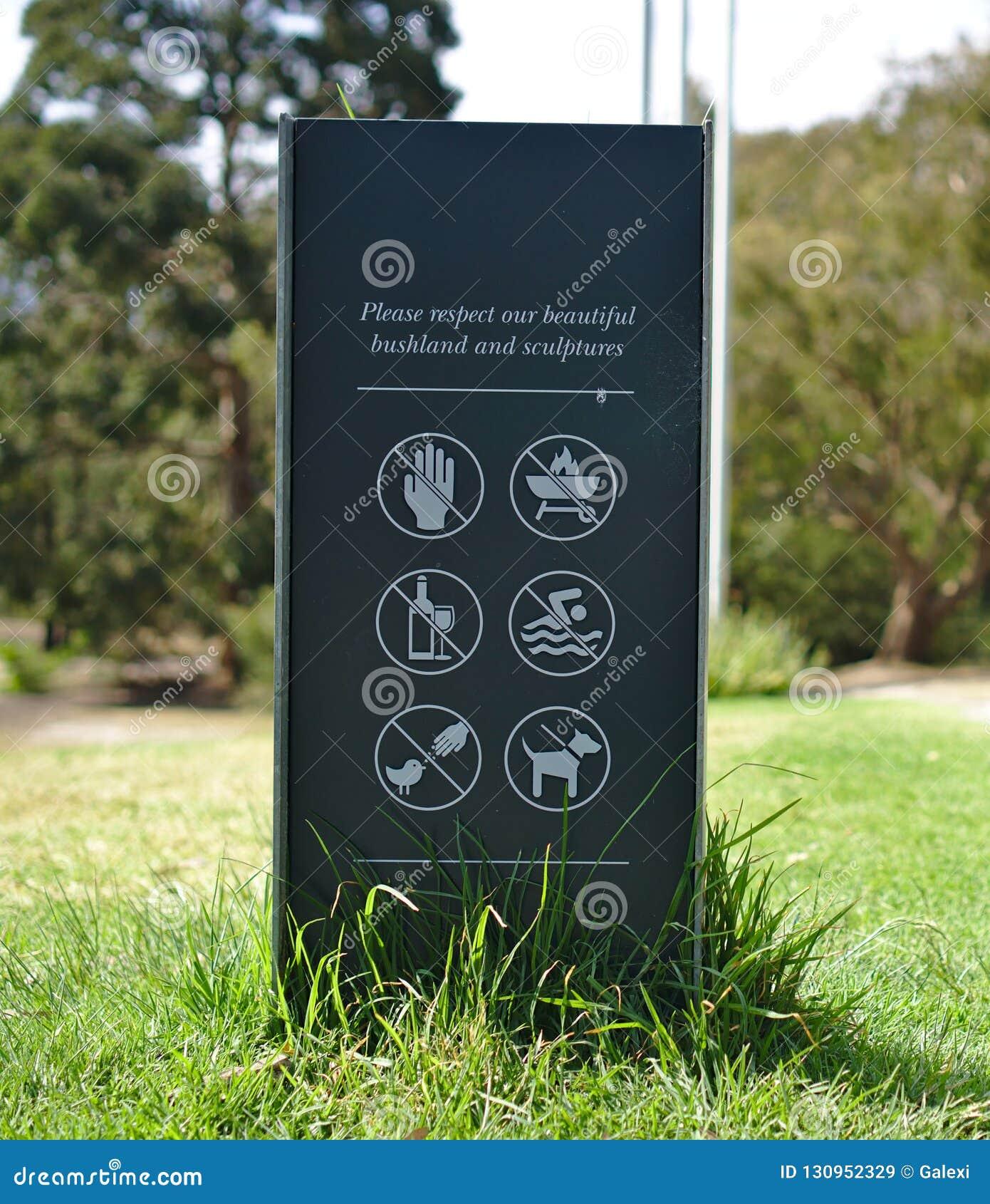 Προειδοποιητικό σημάδι στο πάρκο γλυπτών