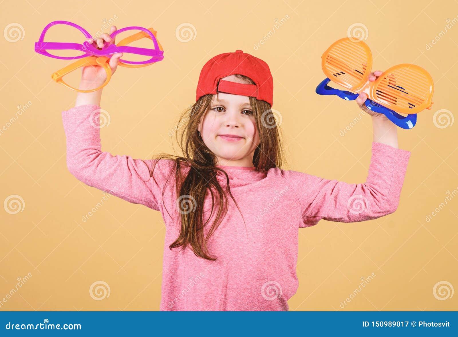 Προετοιμασία ενός δροσερού κόμματος Μοντέρνο κορίτσι κομμάτων Λατρευτό κορίτσι κομμάτων που κρατά τα φανταχτερά γυαλιά Χαριτωμένη