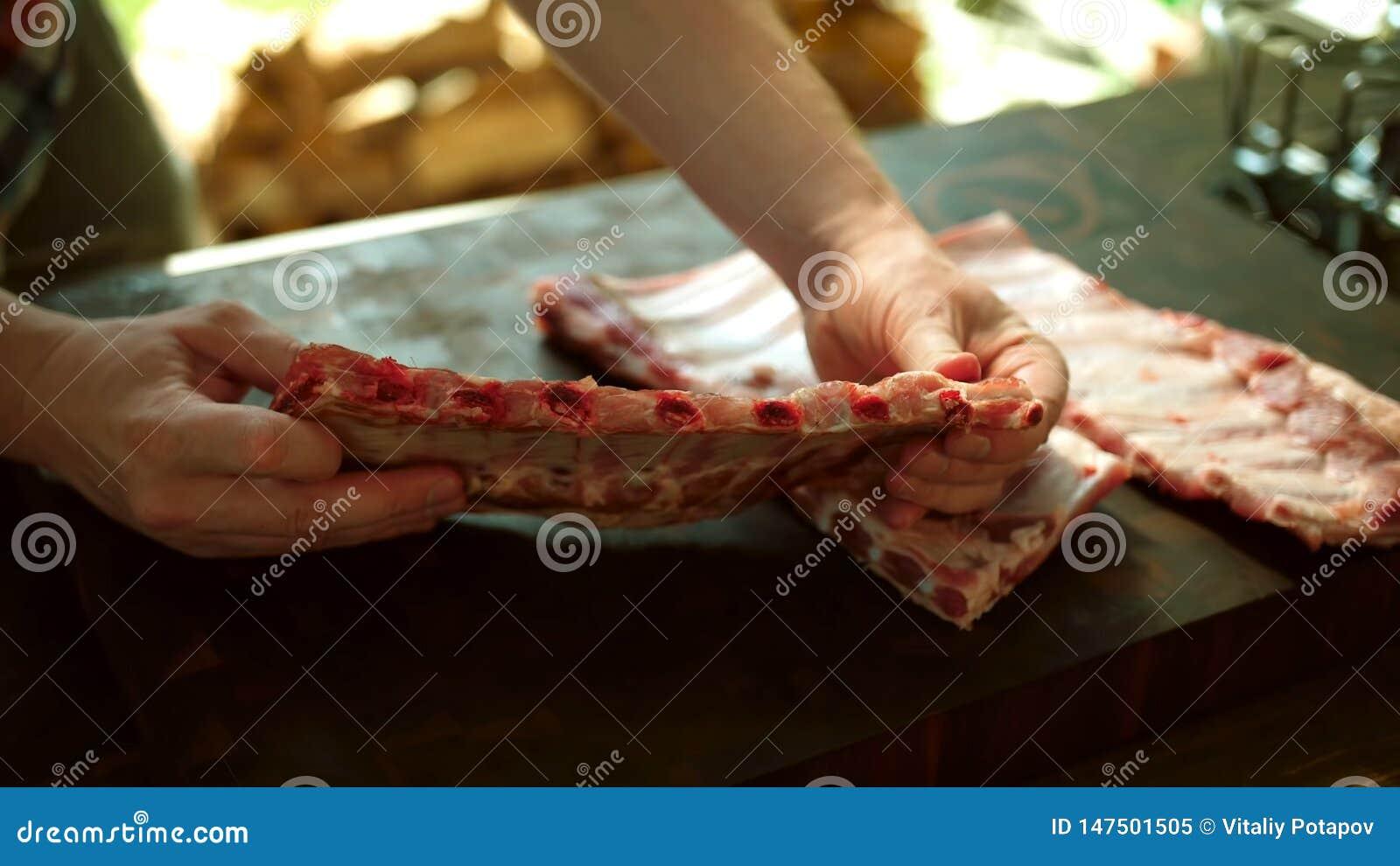 Προετοιμασία τροφίμων, ράφι των πλευρών χοιρινού κρέατος Βερνικωμένος, υπαίθριος