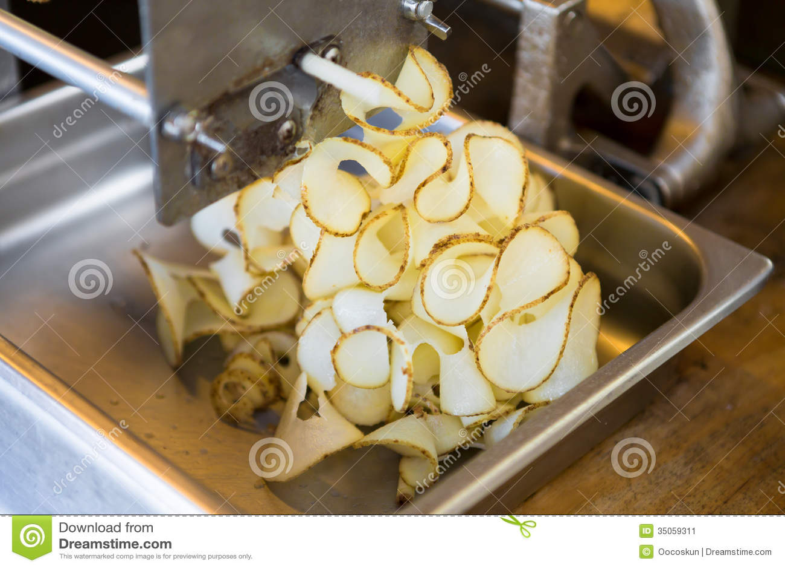 Προετοιμασία των σγουρών τηγανητών πατατών κορδελλών