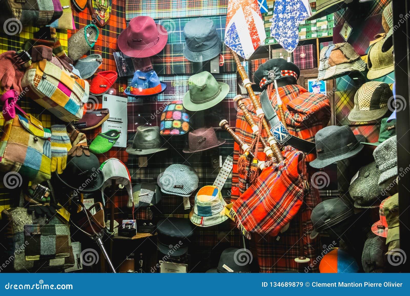 Προθήκη ενός καπέλου και ενός εκλεκτής ποιότητας καταστήματος τσαντών στο Μιλάνο