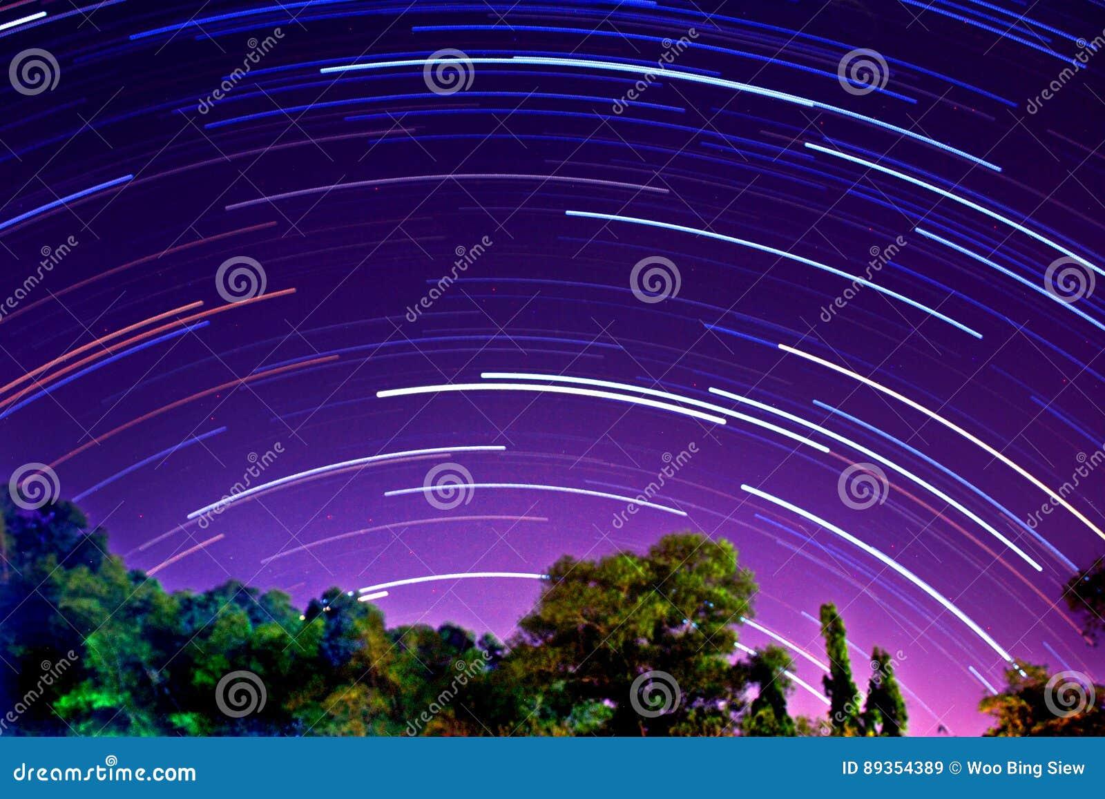 προκαλούμενη φωτογραφική μηχανή γήινη έκθεση μακριά ίχνη αστεριών περιστροφής s μετακίνησης