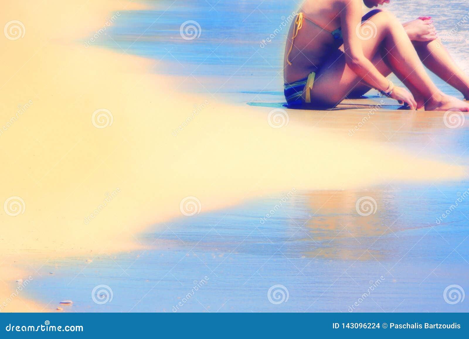 Προκλητικές νέες γυναίκες με το μπικίνι στην παραλία