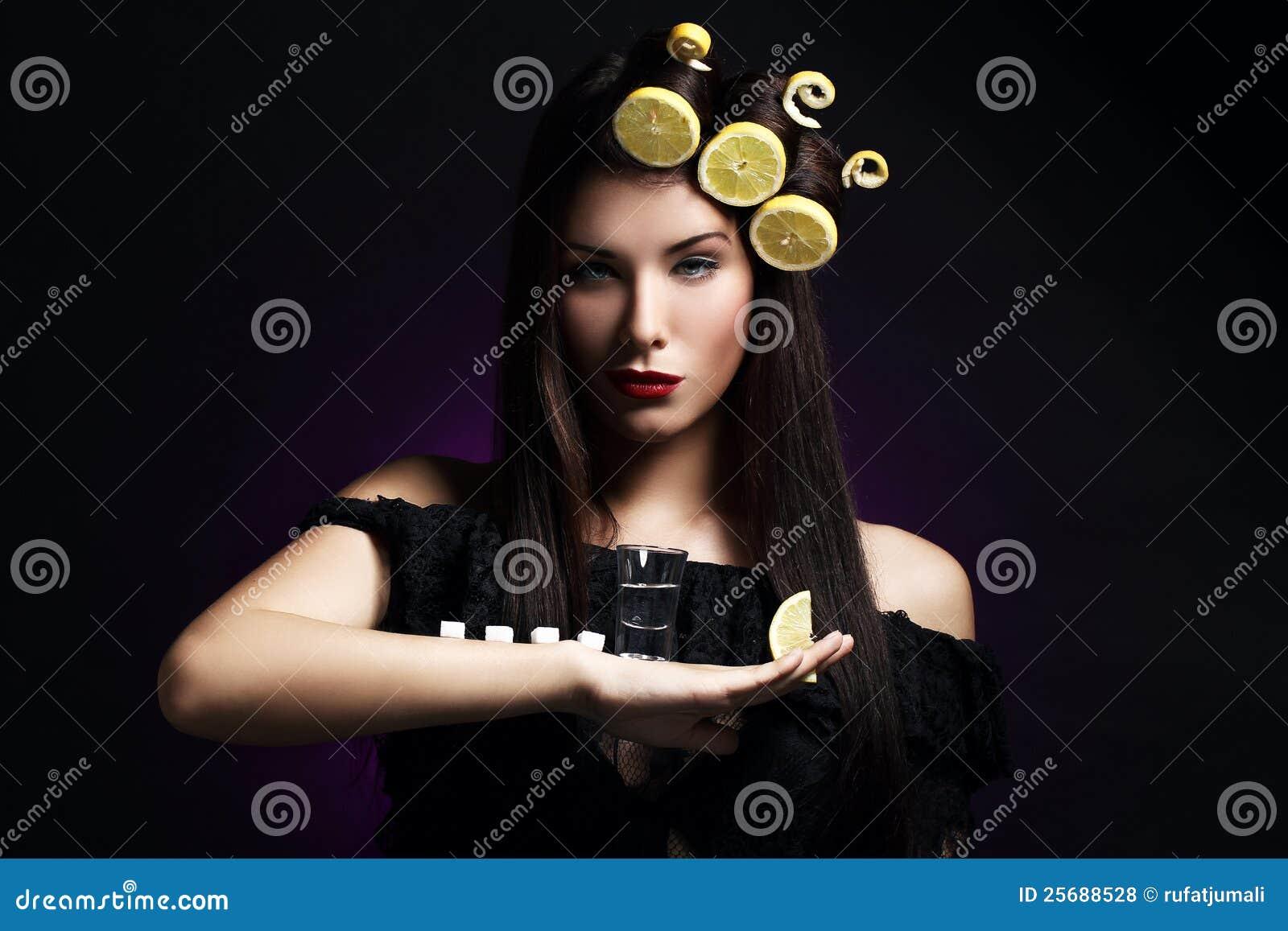 Προκλητική γυναίκα με τα λεμόνια στο hairstyle της