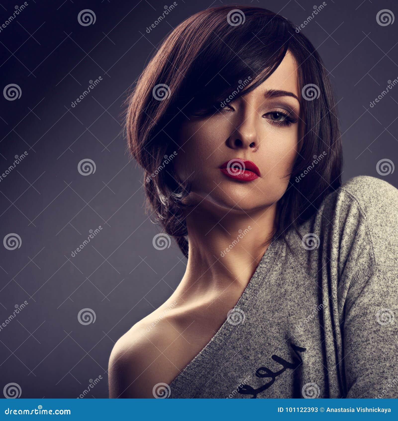 b666170d7af Προκλητική εκφραστική γυναίκα Makeup με το σύντομο ύφος τρίχας ...