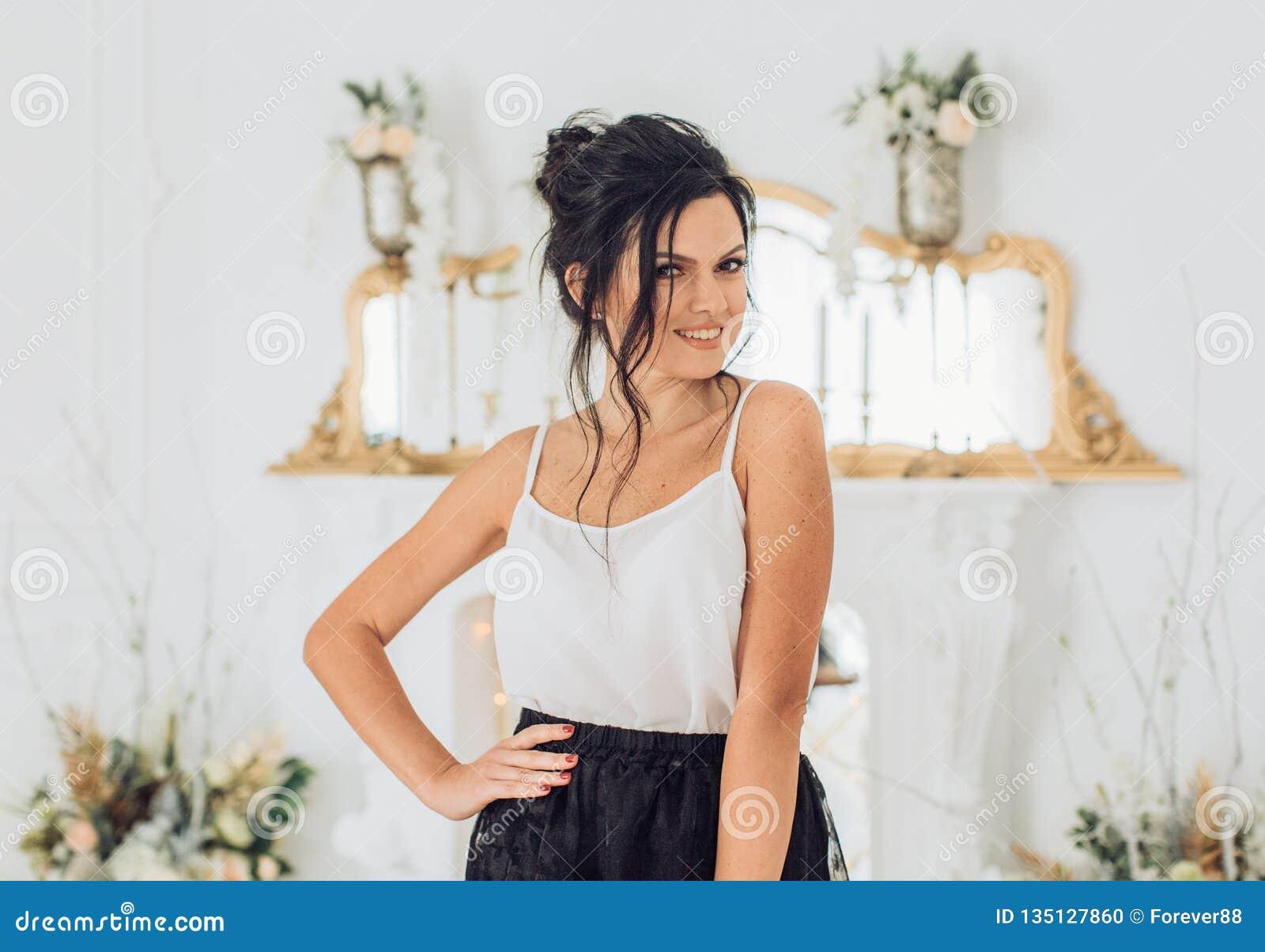Προκλητική νέα όμορφη γυναίκα brunette