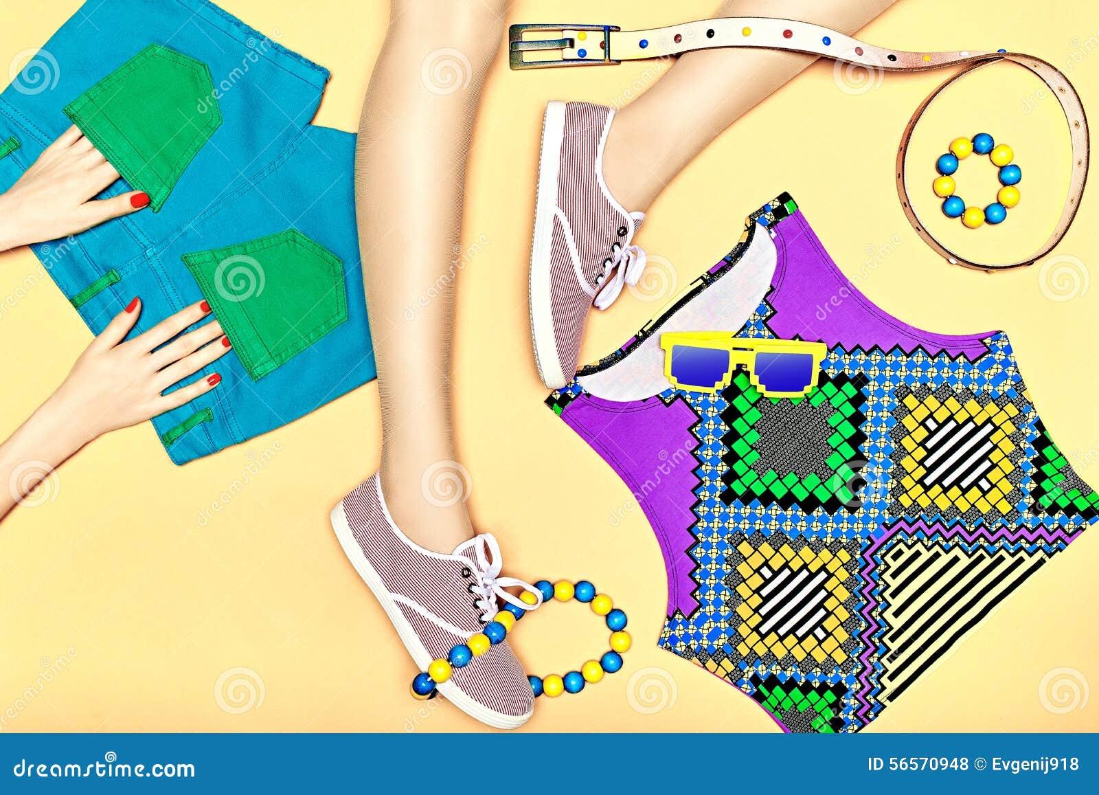 Download Προκλητικά λεπτά πόδια γυναίκας με το σύνολο μοντέρνου καθιερώνοντος τη μόδα Στοκ Εικόνες - εικόνα από εύθυμος, αστικός: 56570948