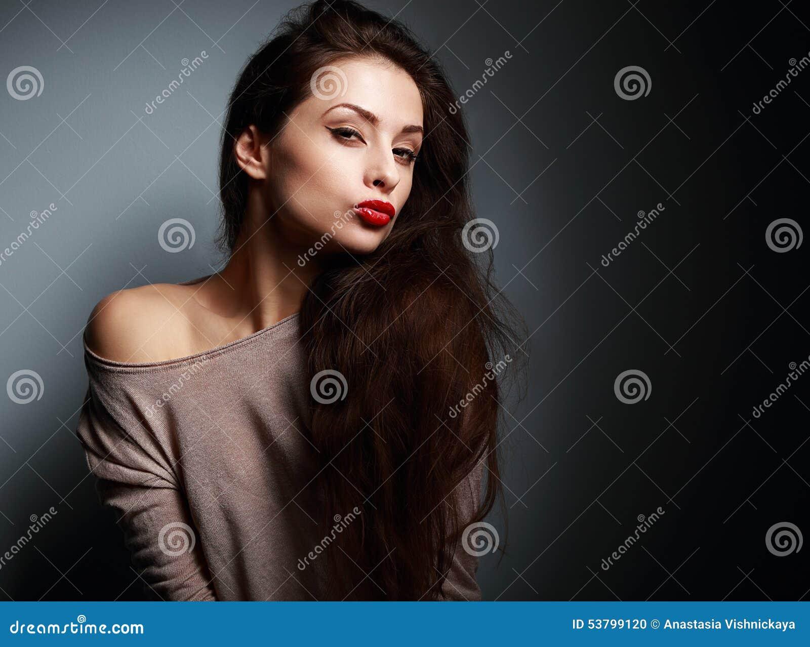 8f6b83d73ba Προκλητική μορφάζοντας νέα γυναίκα με το κόκκινο κραγιόν στο σκοτάδι ...