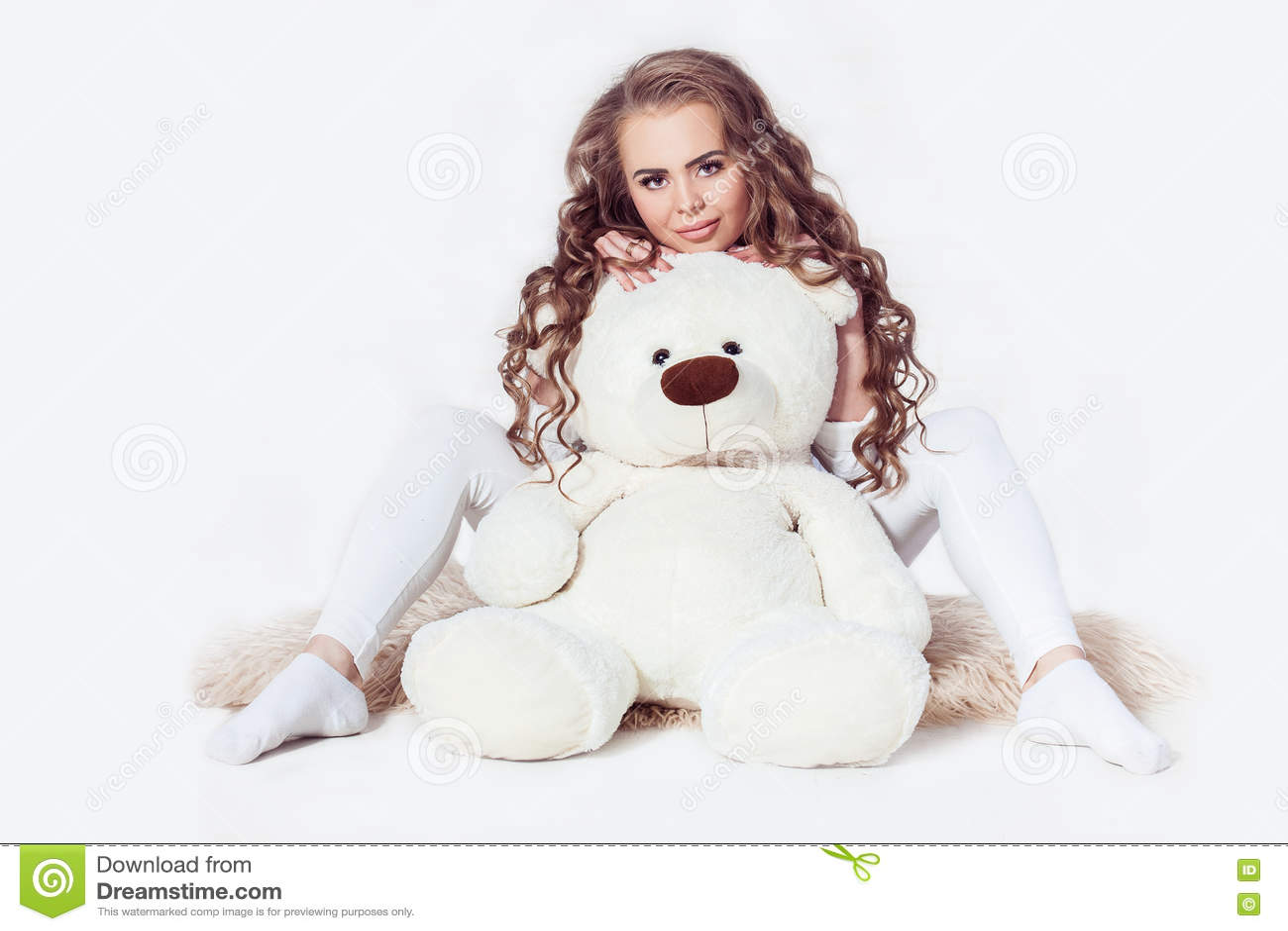 Προκλητική σκοτεινή ξανθή συνεδρίαση κοριτσιών με τη teddy αρκούδα