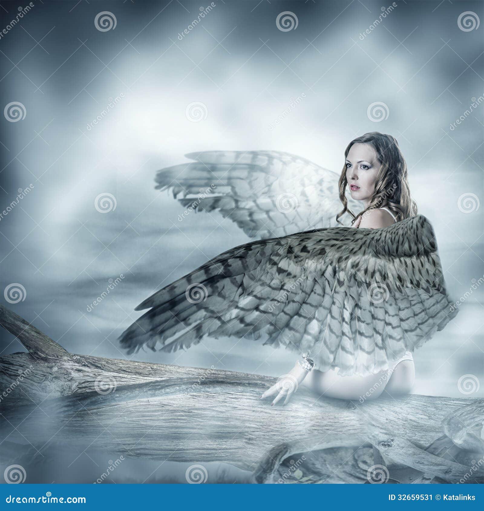 Προκλητική όμορφη γυναίκα με τα φτερά πουλιών