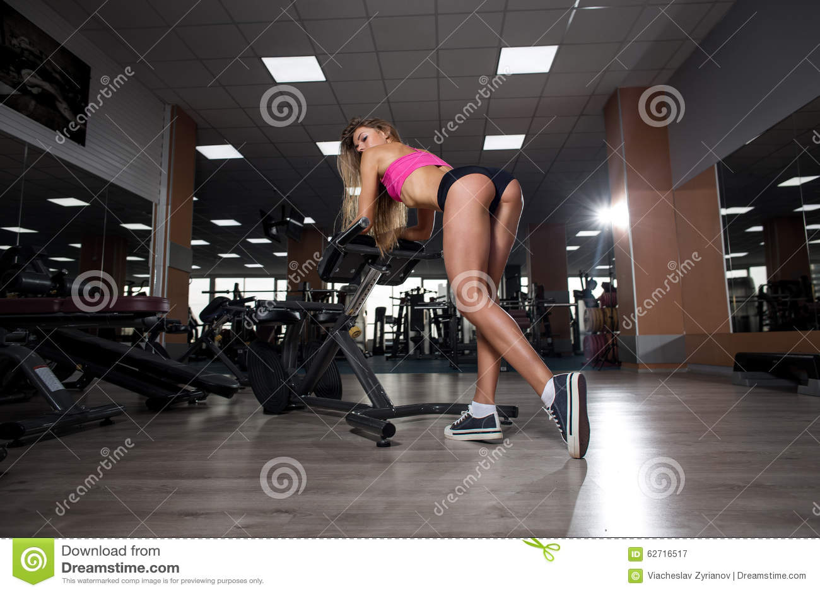 Download Προκλητικό όμορφο νέο κορίτσι ικανότητας που στηρίζεται μετά από τις κοντόχοντρες ασκήσεις Στοκ Εικόνα - εικόνα από υγεία, τακτοποίηση: 62716517