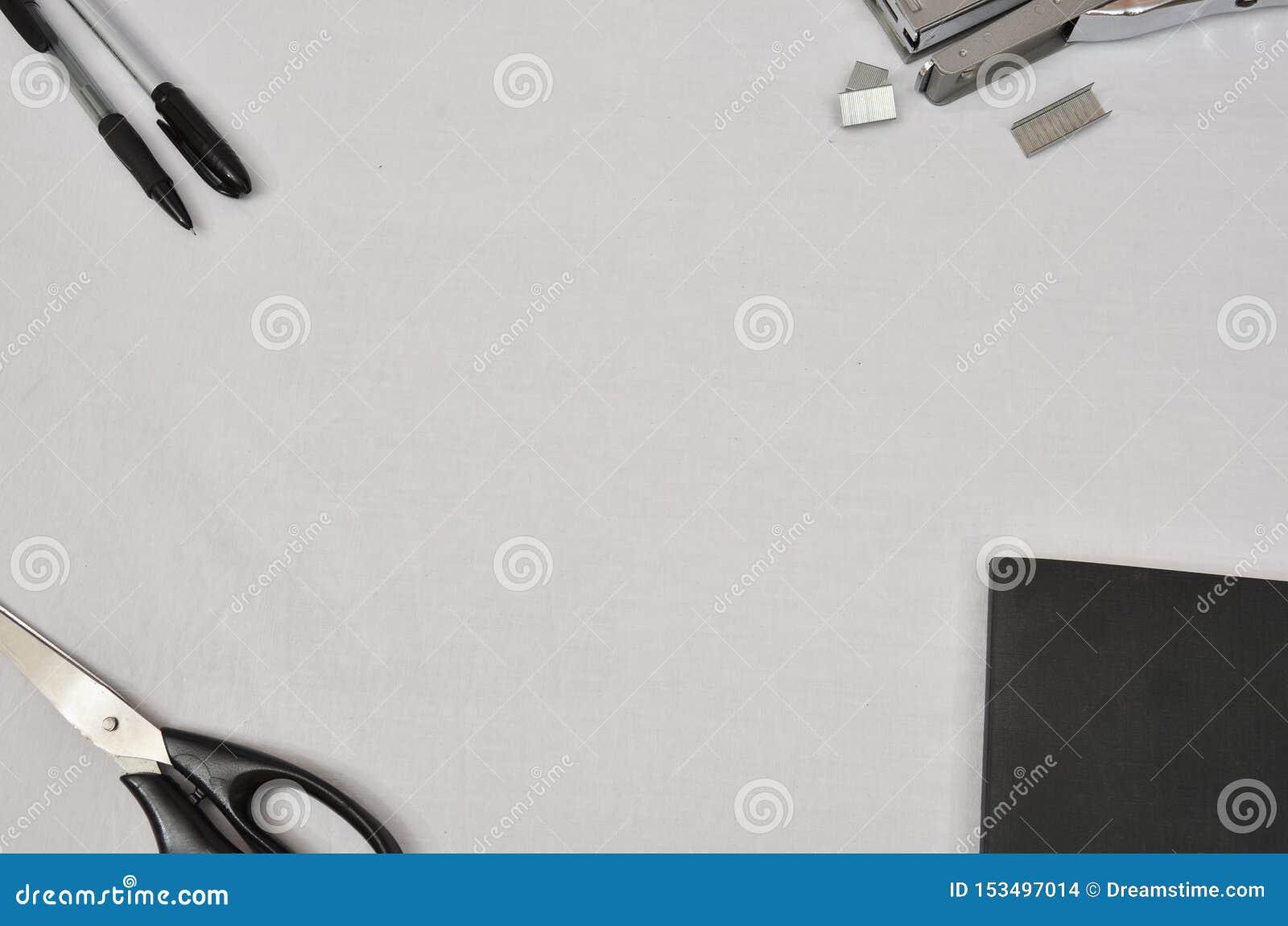 Προμήθειες γραφείων στο άσπρο υπόβαθρο