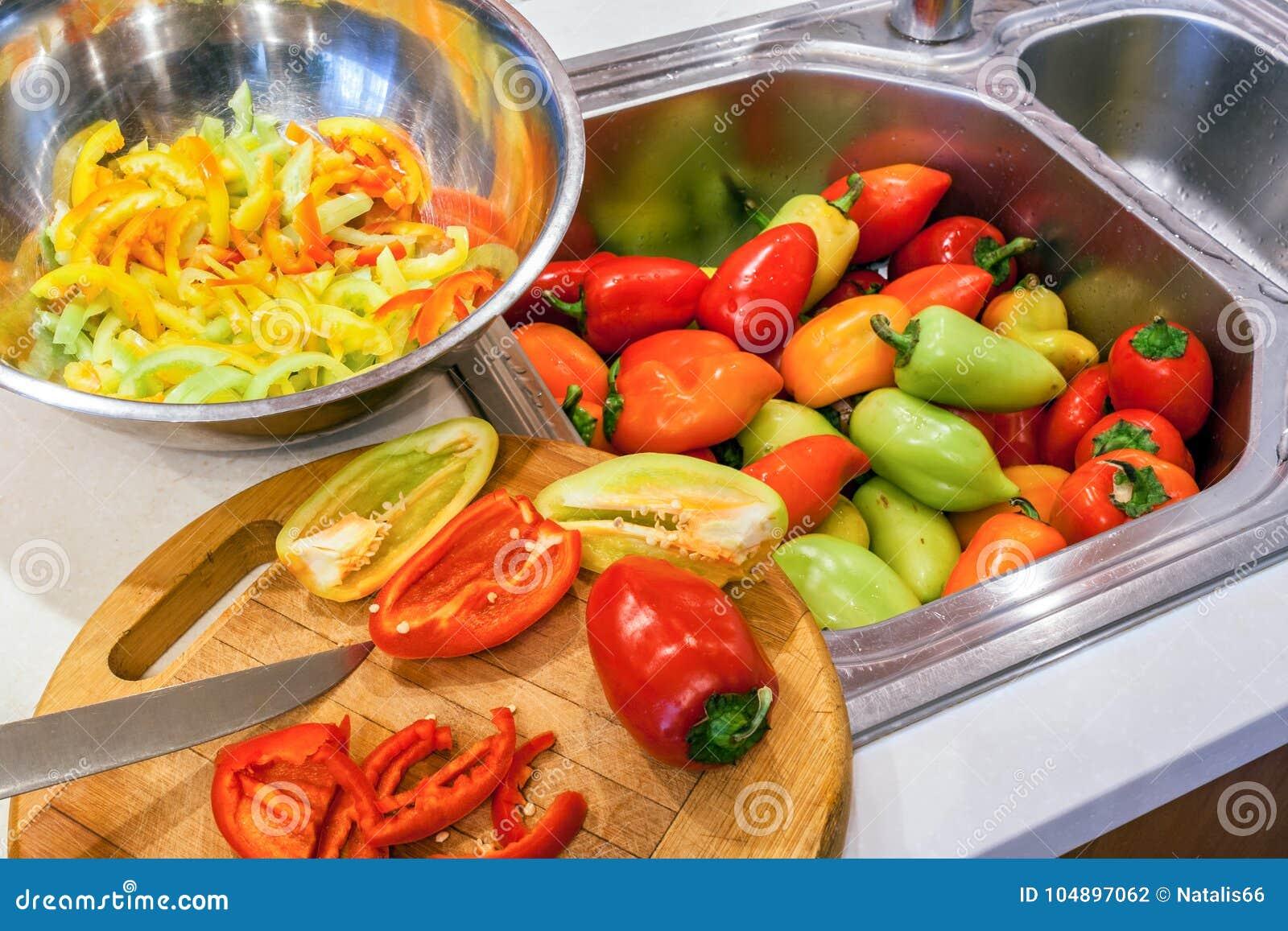 Προμήθευση φθινοπώρου της συγκομιδής των πιπεριών Ολόκληρος, διχοτομημένος και τεμαχισμένος στις κατά μήκος φέτες τα πιπέρια