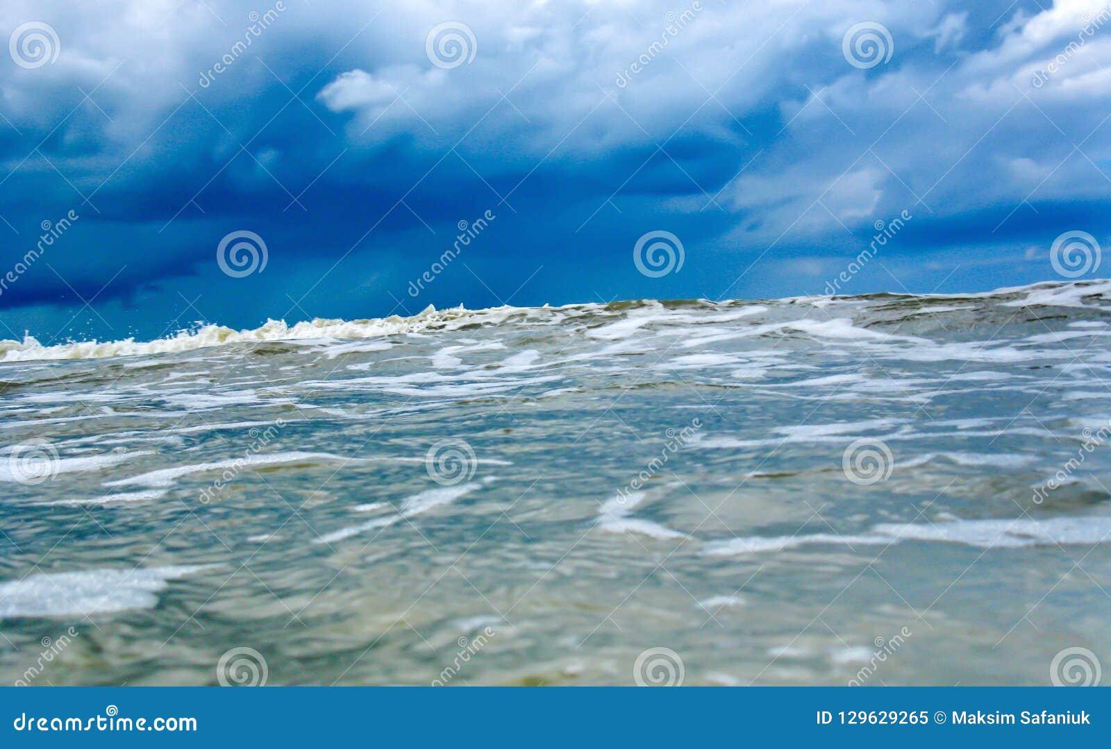 Προσέγγιση του τεράστιου κύματος στην μπλε κρύο θάλασσα ή τον ωκεανό Τσουνάμι, τυφώνας θύελλας