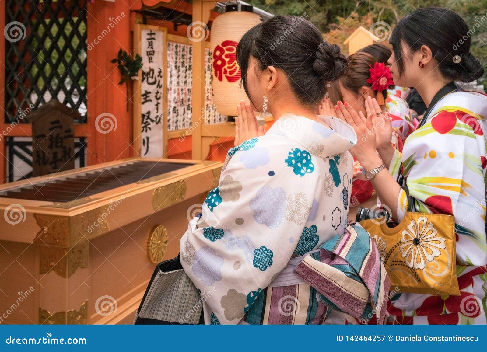 Προσευμένος για την αγάπη στο kiyomizu-Dera στο Κιότο, Ιαπωνία