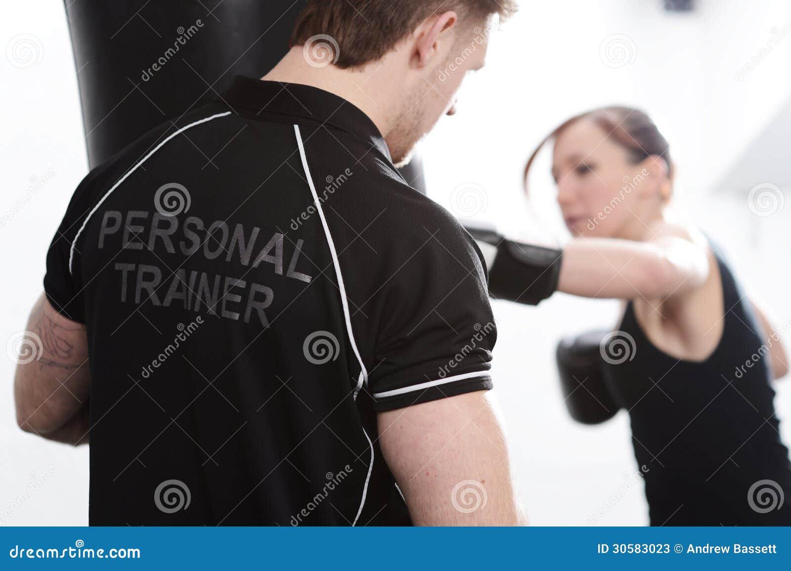 Προσωπικός εκπαιδευτής με το θηλυκό πελάτη