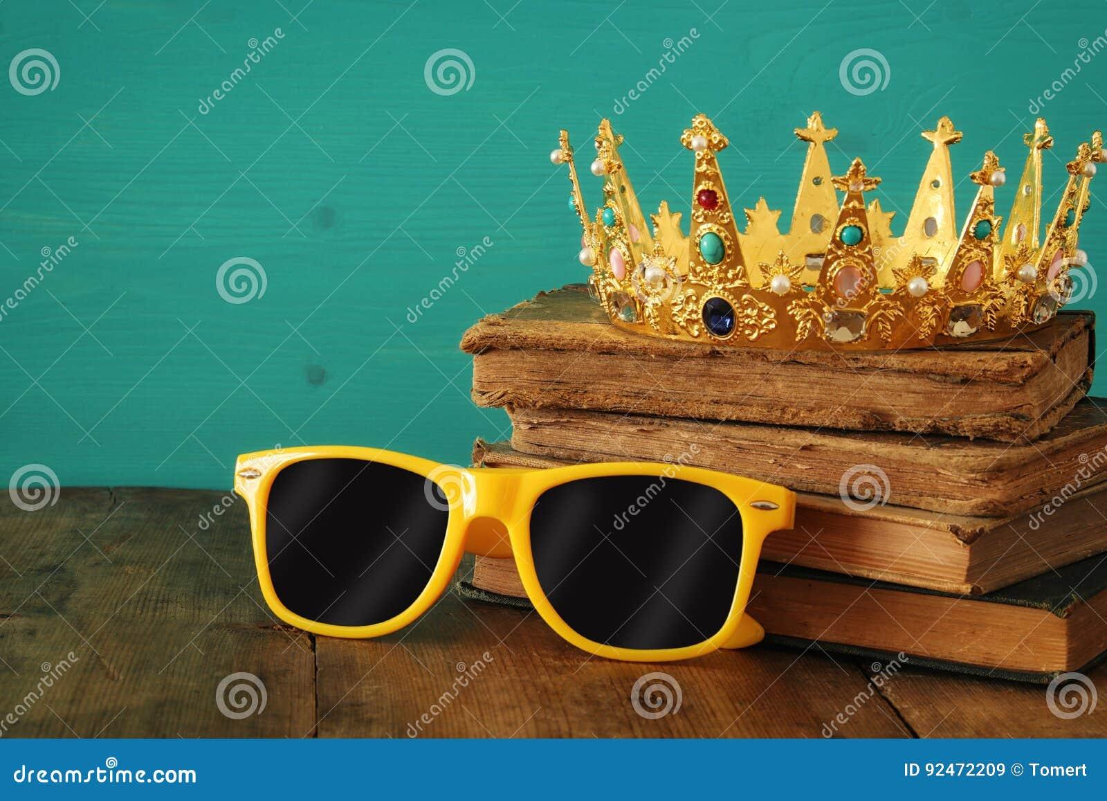 2f8c5aec51 Προσωπικότητα και μοναδική έννοια Παλαιά μεσαιωνική χρυσή κορώνα και  δροσερά γυαλιά ηλίου