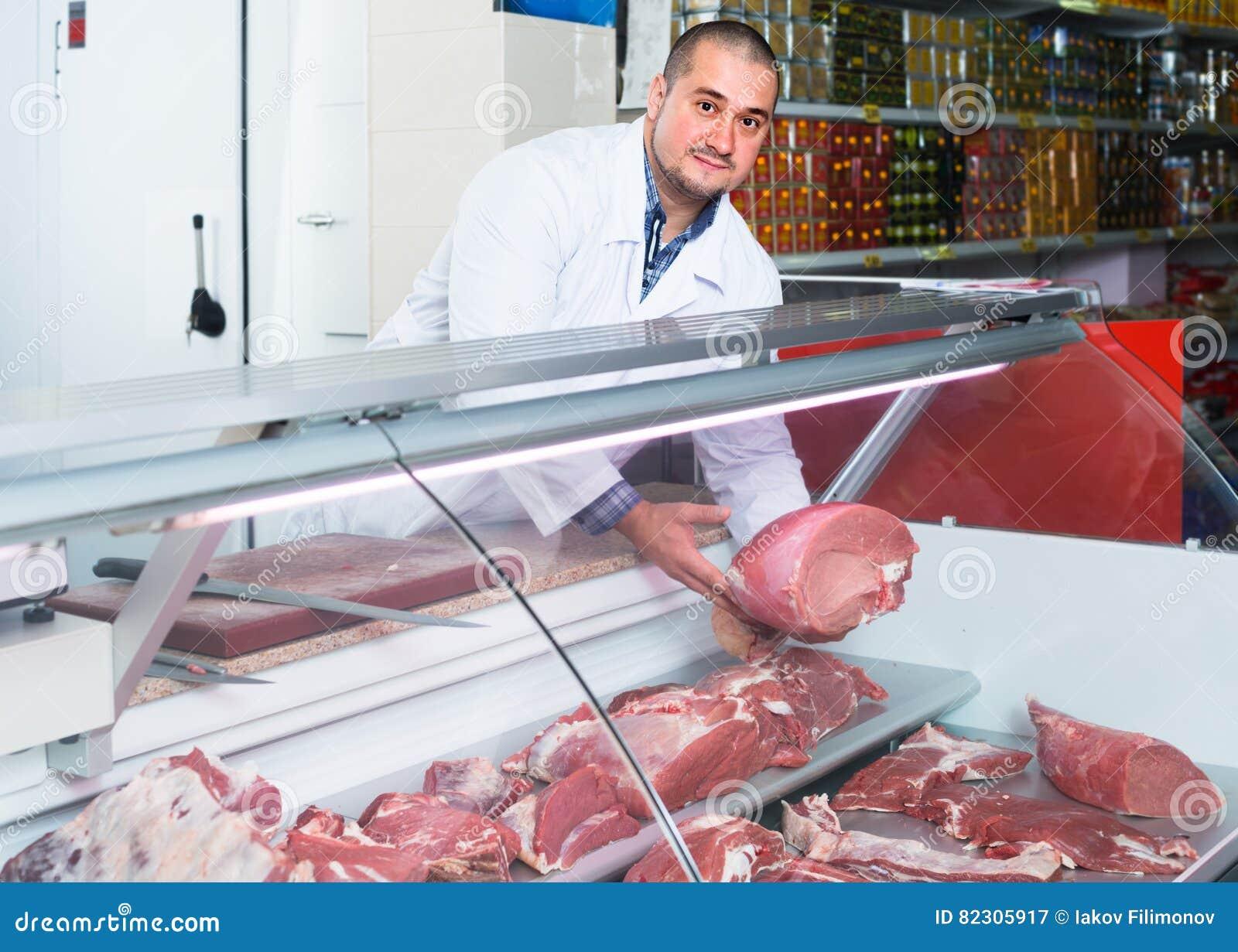 Προσωπικό που πωλεί το halal κρέας