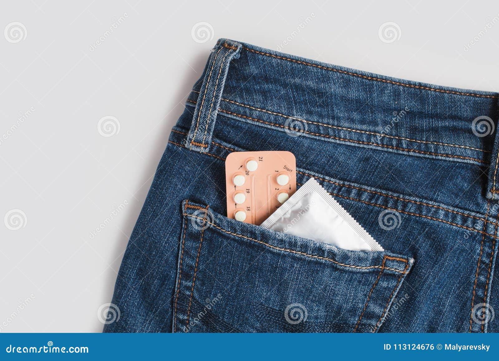 Προφυλακτικά στη συσκευασία στα τζιν ασφαλές φύλο έννοιας Ιατρική, αντισύλληψη και έλεγχος των γεννήσεων υγειονομικής περίθαλψης