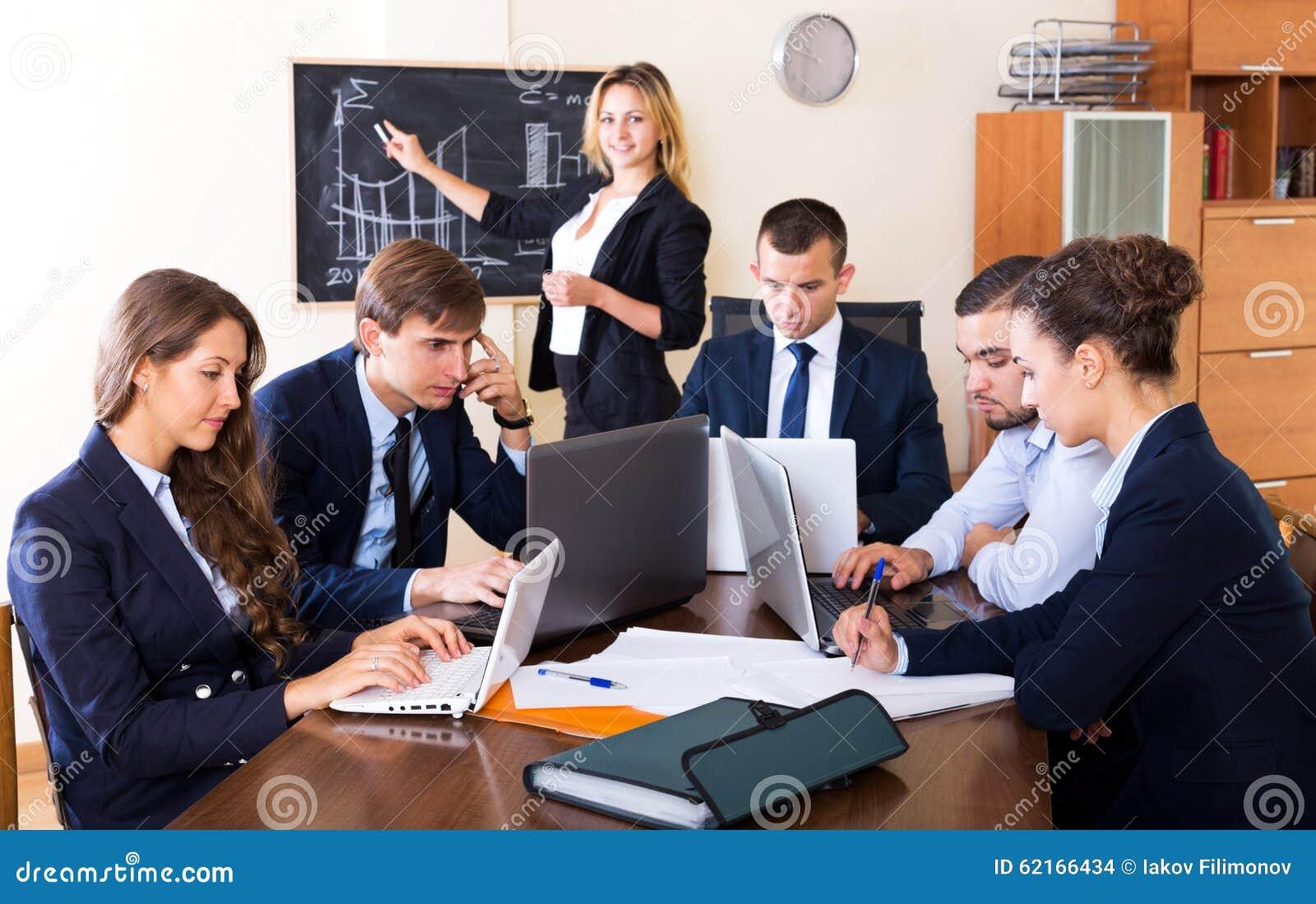 Προϊστάμενος με την κατώτερη συζήτηση ανώτερων υπαλλήλων