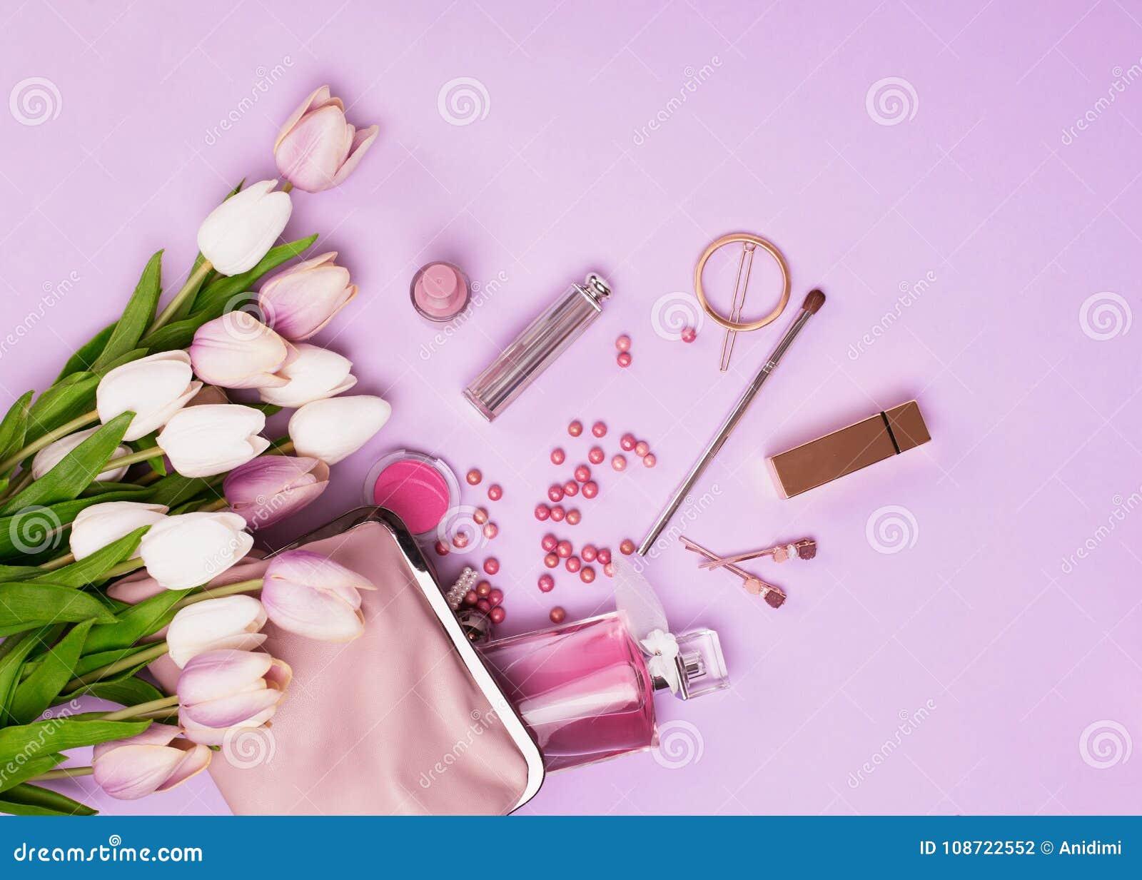 2cb0e07947 Προϊόντα Makeup με την καλλυντικά τσάντα και τα λουλούδια Στοκ ...