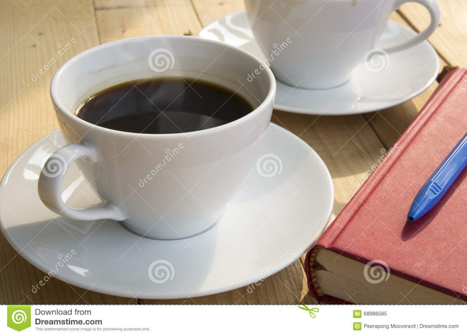 Πρωί φλιτζανιών του καφέ με την κόκκινη μπλε μάνδρα βιβλίων