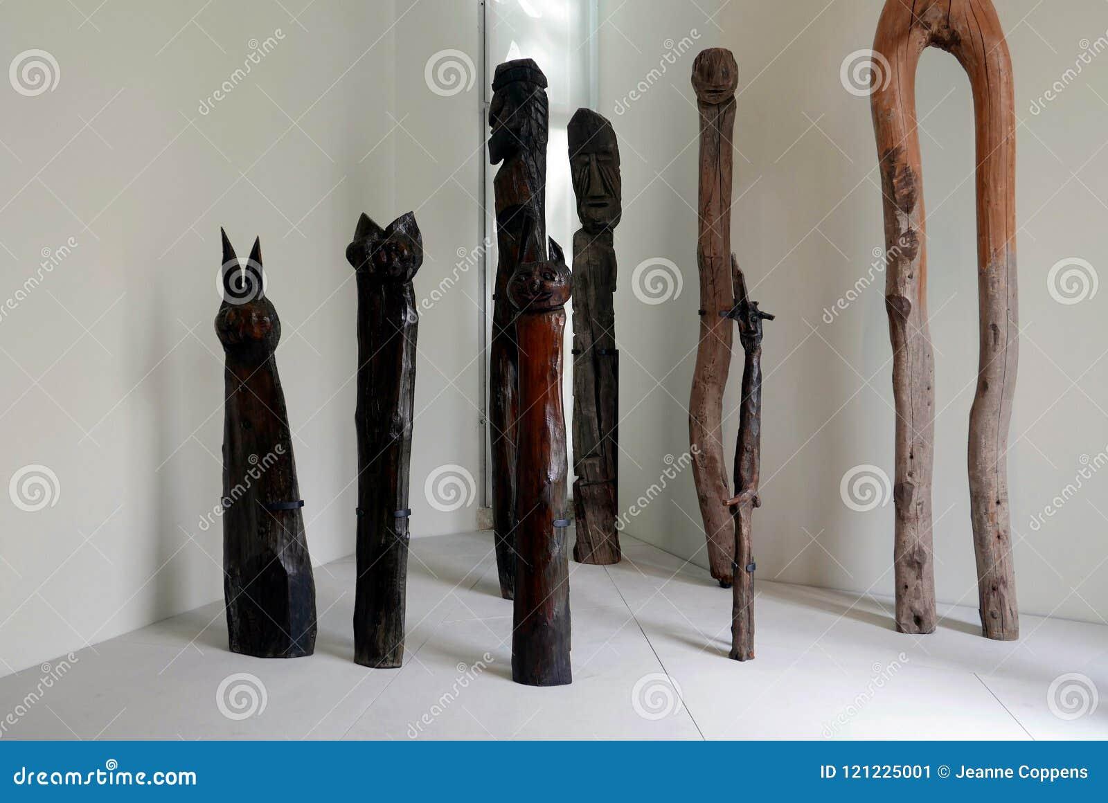 Πρωτόγονες ξύλινες γλυπτικές