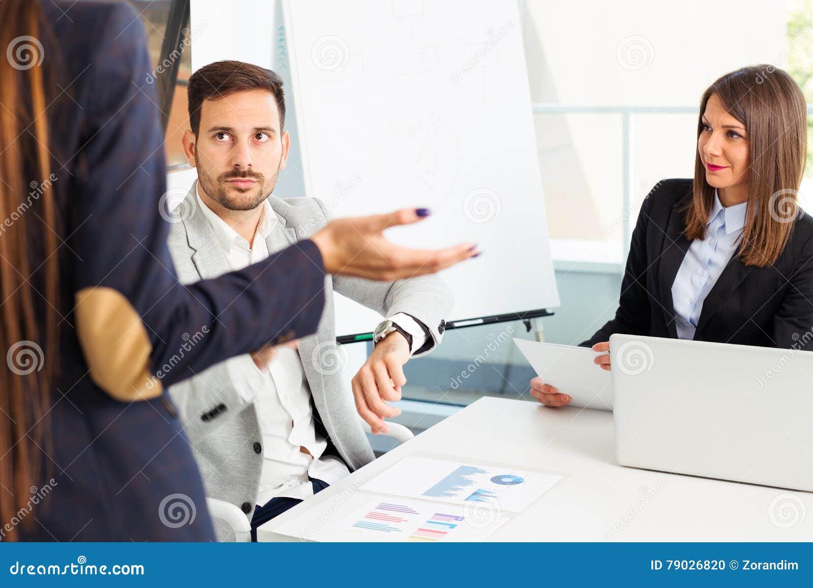 Πρόβλημα σύγκρουσης επιχειρηματιών που λειτουργεί στην ομάδα από κοινού