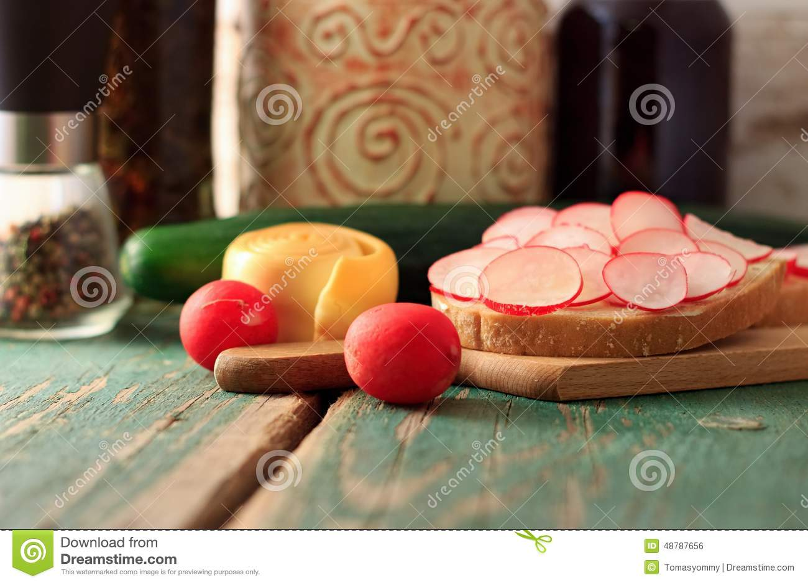 Πρόγευμα πρωινού με τα ραδίκια, το ψωμί και το τυρί
