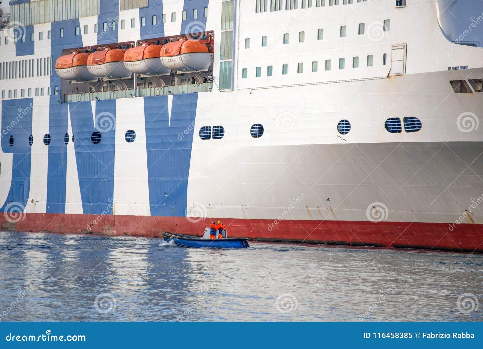 Πρόσδεση επιβατηγών πλοίων και βαρκών στο λιμένα της Γένοβας, Ιταλία