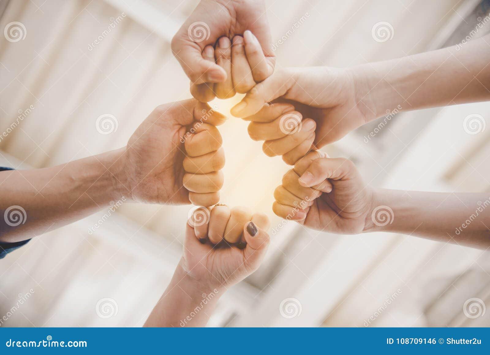 Πρόσκρουση πυγμών της φιλίας και της ομαδικής εργασίας για το νέο πρόγραμμα ξεκινήματος Bu