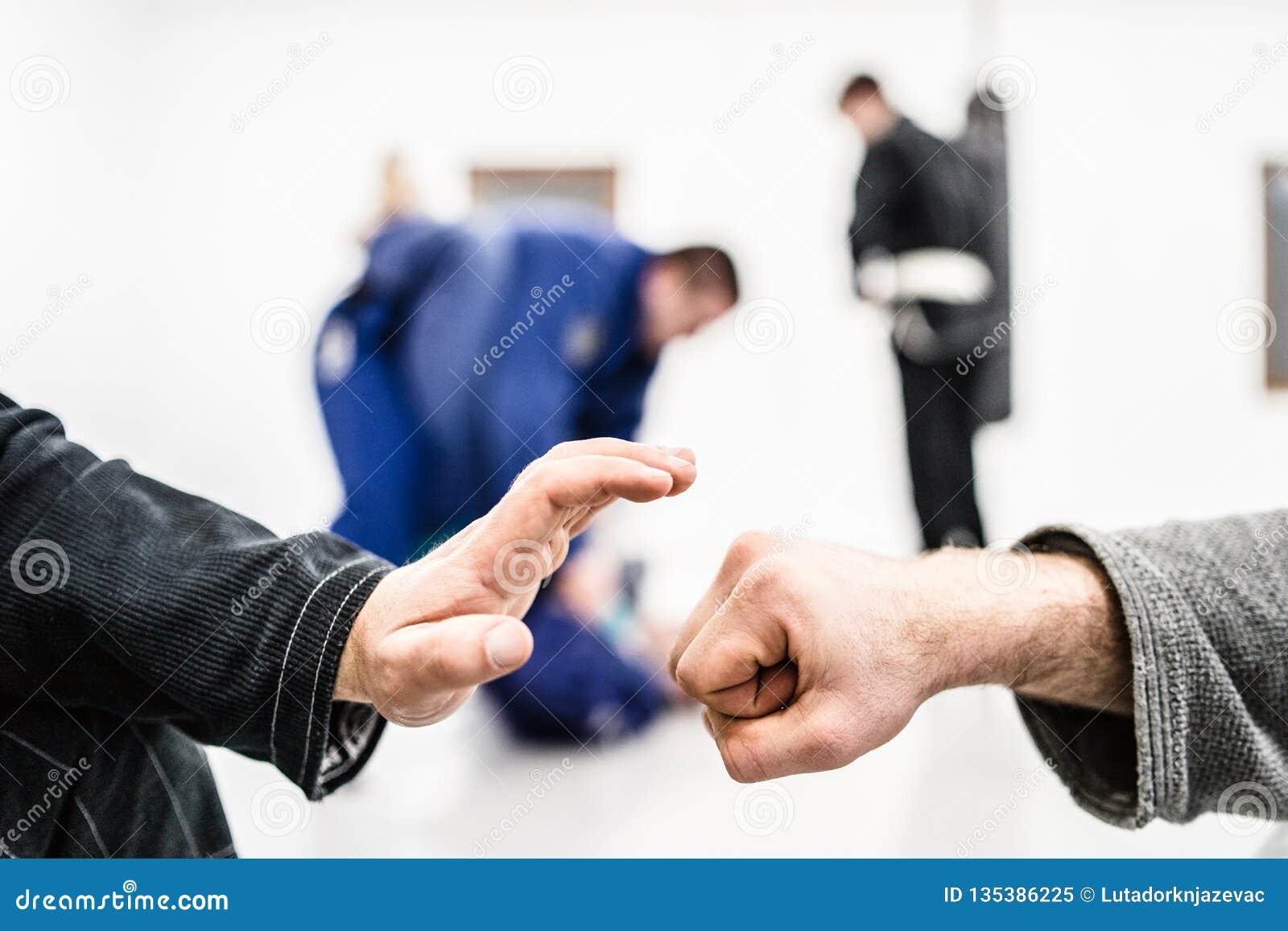 Πρόσκρουση χεριών πυγμών στη βραζιλιάνα κατάρτιση Jiu Jitsu