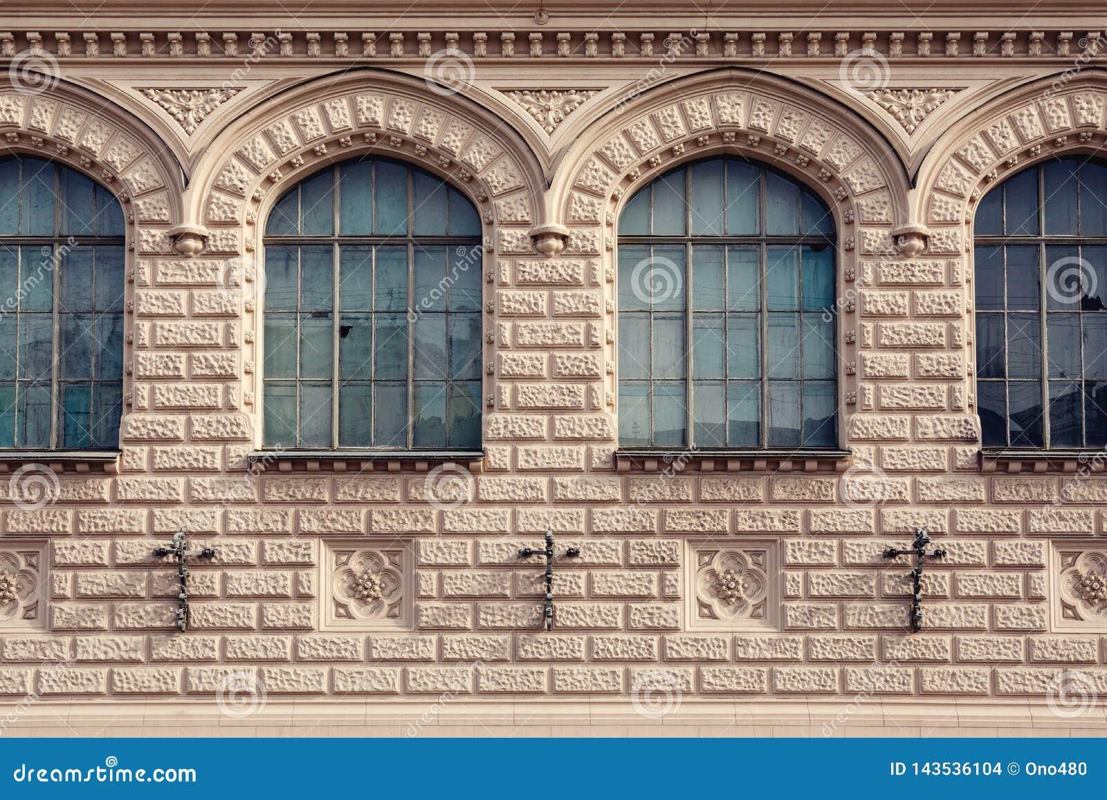 Πρόσοψη ενός ιστορικού κτηρίου με τα μετωπικά παράθυρα
